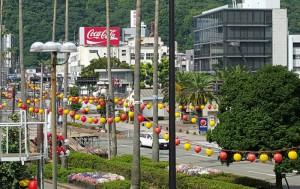 踊りの祭典を待つ徳島駅前の風景